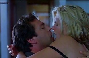Les hommes conduisent une nana nue dans la rue et baisent sous sexe aamteur le pont