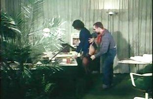 Fille gracieuse persuadé un gars de la sex amatre baiser dans l'anus