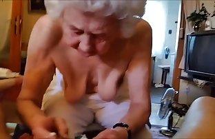 Brunette a forcé un homme à lécher ses sex amatoer bottes