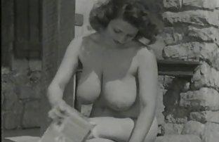 Petite fille film sexi gratuit bouclée avec des seins nus suce la bite de Guy