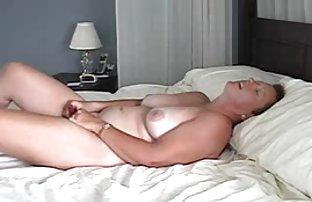 Deux beautés apprécient sexe amamteur la masturbation légère