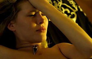 Lesbienne passionnée en bas dans un filet assis avec un gizd video francaise amateur sexe sur le visage de sa copine