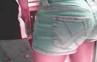 Vêtements video du sex amateur sur le corps d'une femme immobilisée en bas