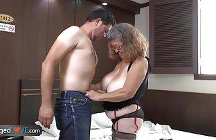 Brunette en bas noirs sellé un gars Dick dans le milieu de la video de sexe cuisine