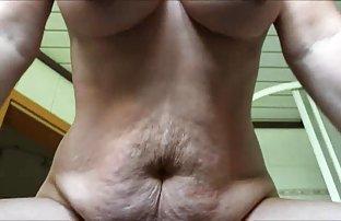 La sexe site grosse femme se savonne activement avec du savon dans le bain