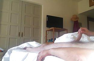 Caméra cachée capturé comment Brunette mignonne prend une douche srxe video dans une chambre d'hôtel