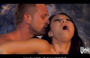 Blonde caresse lentement le sexe amter pénis chaud de son mari