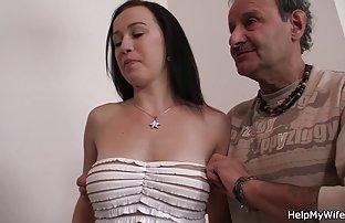 Salope srxe gratuit se repose dans un bouchon poilu sur un énorme pénis artificiel