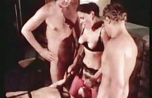 Modèle ukrainien dépouillé nu le sexe video et a commencé à poser érotiquement pour la caméra