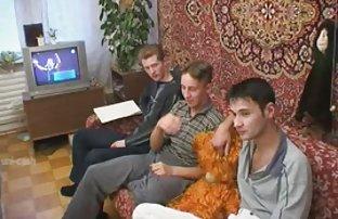 Fille russe video amayeur avec de beaux seins promenades sur le terrain nu