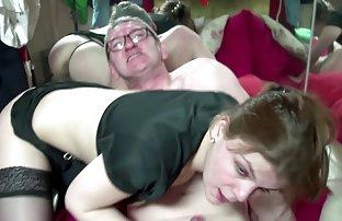 Mignonne femme sexe amat com de ménage lave le plancher autour tandis que les filles prennent une douche