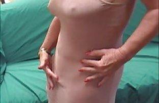 Le bébé chaud se promène video amatrice gratuit autour de la maison nue et prend une pose séduisante